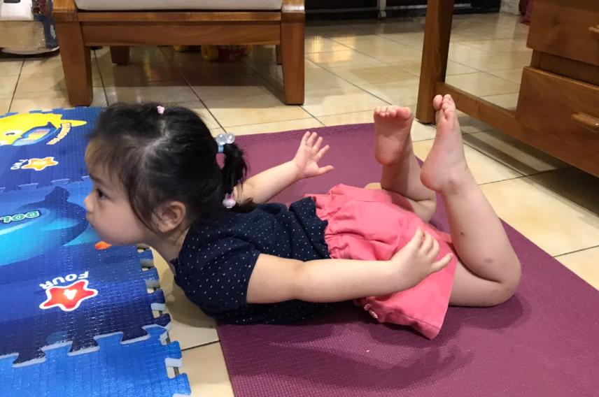 一張含有 個人, 室內, 地板, 小孩 的圖片  自動產生的描述